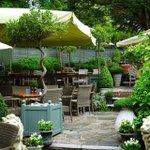 the-swan-inn-hotel-pub-beer-garden-chiddingfold.jpg