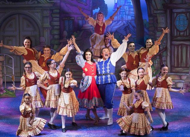 YAT Cinderella_Georgie Leatherland and Jamie Brook CREDIT Simon Annand.jpg