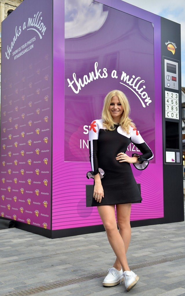 Pixie Lott - Exclusive Show out of a Giant Nectar Thank You Machine #02[1].jpg