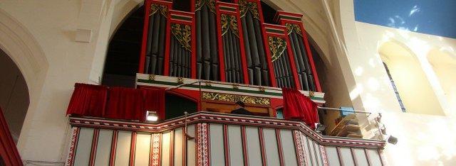 The organ at St Martin's Church, Epsom.jpg