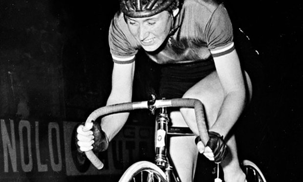 Beryl Burton on her bike.jpg