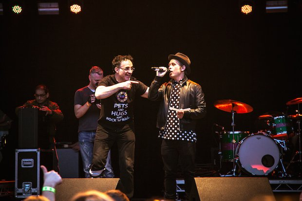 Mark Owen singing on stage with Professor Noel Fitzpatrick Credit Sam Pelly.jpg